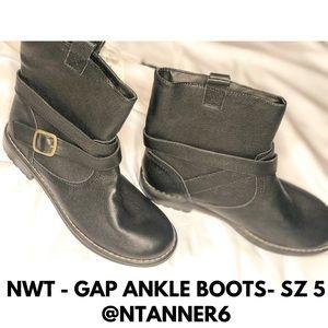 NWT GAP ANKLE BOOTS - SZ 5